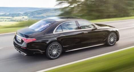 New-Mercedes-Benz-S-Class-2021-outside-mercedes-hire-2-foto